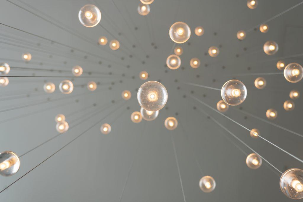 Fotografi av glödlampor, bild tagen underifrån.